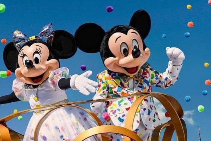 Minnie agride segurança e precisa ser contida por Mickey e Pateta